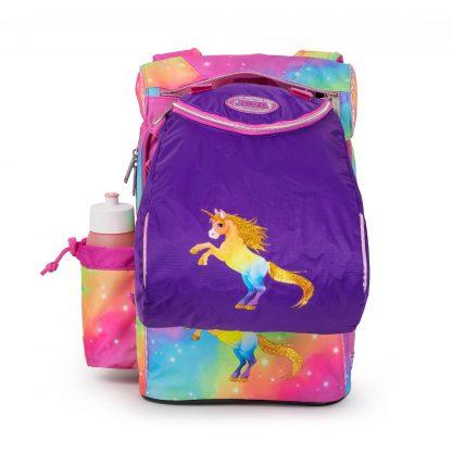 die Sporttasche auf der Schultasche
