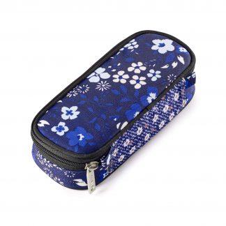 Federtasche mit blauen Blumen